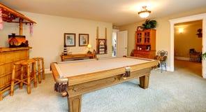 Rozrywka pokój w hawaian stylu z basenu stołem obrazy stock