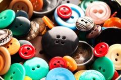 Rozrzucanie coloured guzika zakończenia makro- strzał Zdjęcie Royalty Free