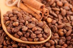 Rozrzucanie kawowe fasole i cynamonowi kije. Zdjęcie Royalty Free