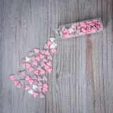 Rozrzuceni cukierków serca Zdjęcia Stock