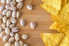 Rozrzuceni nachos i pistacj dokrętki Zdjęcia Royalty Free