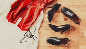 Rozrzuceni odzieżowi i kochankowie buty Noc miłość Selekcyjna ostrość obraz royalty free