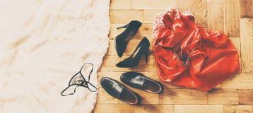 Rozrzuceni odzieżowi i kochankowie buty Noc miłość Selekcyjna ostrość fotografia royalty free
