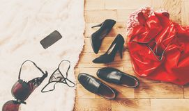 Rozrzuceni odzieżowi i kochankowie buty Noc miłość Selekcyjna ostrość zdjęcie royalty free