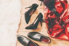 Rozrzuceni odzieżowi i kochankowie buty Noc miłość Selekcyjna ostrość zdjęcia royalty free