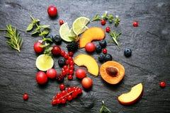 Rozrzucona świeża owoc i jagody Zdjęcie Royalty Free