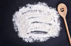 Rozrzucona biała pszeniczna mąka na czarnym tle obrazy stock