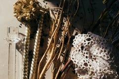 Rozrzucona sucha herbata na stole światło słońca Bożenarodzeniowy i Nowy Yea zdjęcia stock