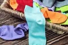 Rozrzucone barwić skarpety i pralniany kosz Fotografia Royalty Free