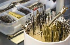Rozrzucone szpilki na miejsce pracy fryzjer obraz stock