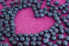 Rozrzucony czarnej jagody serce kształtujący Fotografia Royalty Free