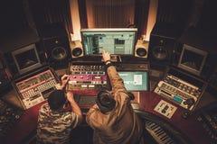 Rozsądnego inżyniera i muzyka magnetofonowa piosenka w butika nagraniu fotografia royalty free