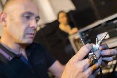 Rozsądnego inżyniera złączona audio dźwigarka i druty audio melanżer fotografia stock