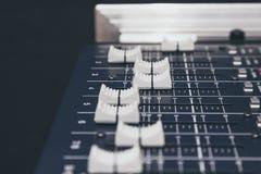 Rozsądny Muzyczny melanżer kontrola guzików wyposażenia zakończenie up Fotografia Stock