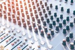 Rozsądny studio nagrań miesza biurko z inżynierem lub muzyka producentem obraz stock