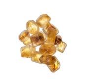 Rozsypisko brown trzcina cukier w kryształach odizolowywających nad bielem Obrazy Stock