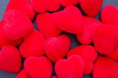 Rozsypisko czerwoni dekoracyjni serca Zdjęcie Royalty Free