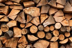 Rozsypisko drewno dla ogrzewać Ekologiczny ogrzewanie dom Przygotowywać dla zimy Obraz Stock