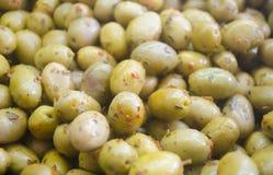 Rozsypisko faszerować zielone oliwki Oliwki tło z bliska Fotografia Royalty Free