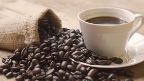 Rozsypisko kawowe fasole z burlap torbą zbiory wideo
