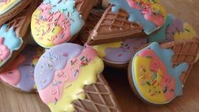Rozsypisko oszklonych ciastek zamknięty up zdjęcie wideo
