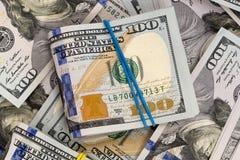 Rozsypisko pieniądze w dolarów gotówkowych banknotach Obrazy Stock