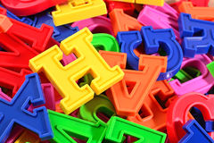 Rozsypisko plastikowi barwioni abecadło listy zamyka up Fotografia Stock