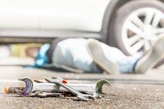 Rozsypisko samochód naprawy narzędzia na bruku Obraz Royalty Free