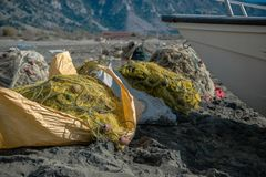 Rozsypisko sieci rybackie na plaży Fotografia Stock