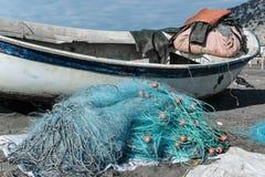 Rozsypisko sieci rybackie na plaży Zdjęcia Stock
