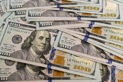 Rozsypisko spienięża wewnątrz sto dolarowych rachunków Zdjęcie Royalty Free