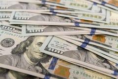 Rozsypisko spienięża wewnątrz sto dolarowych rachunków Fotografia Royalty Free
