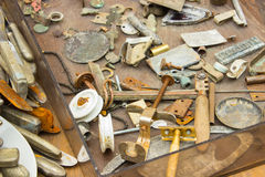 Rozsypisko stare ośniedziałe rzeczy i narzędzia dla sprzedaży przy bazarem zdjęcie royalty free