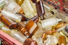 Rozsypisko stary brudzi butelki dla sprzedaży przy bazarem jako tło Zdjęcie Royalty Free