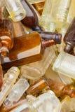 Rozsypisko stary brudzi butelki dla sprzedaży przy bazarem jako tło Obraz Stock