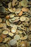 Rozsypisko starzy ośniedziali guziki dla sprzedaży przy bazarem ilustracji