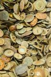 Rozsypisko starzy ośniedziali guziki dla sprzedaży przy bazarem zdjęcie stock