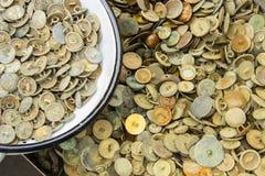 Rozsypisko starzy ośniedziali guziki dla sprzedaży przy bazarem zdjęcia royalty free