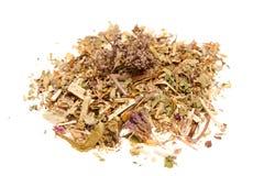 Rozsypisko sucha medyczna ziołowa herbata na białym tle Obrazy Stock