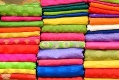 Rozsypisko sukienna tkanina przy miejscowego rynkiem w India obrazy royalty free