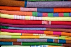 Rozsypisko sukienne tkaniny przy miejscowego rynkiem zdjęcie royalty free