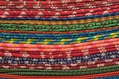 Rozsypisko sukienne tkaniny przy miejscowego rynkiem w India zdjęcia royalty free