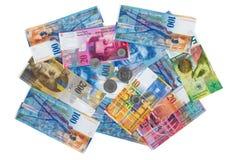 Rozsypisko szwajcarskiego franka monety na białym tle i banknoty Zdjęcia Stock