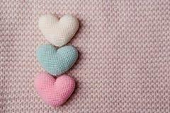 Rozsypisko trykotowi serca Tło walentynki złociści serca na czerwieni background Walentynka dnia karty Obraz Stock