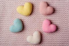 Rozsypisko trykotowi serca Tło walentynki złociści serca na czerwieni background Walentynka dnia karty Obrazy Stock