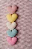 Rozsypisko trykotowi serca Tło walentynki złociści serca na czerwieni background Walentynka dnia karty Zdjęcie Stock