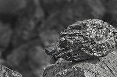 Rozsypisko węgiel Jeden skała węgla zakończenie up na czerń węgla tle miejsce tekst kosmos kopii Wysokiej jakości węgiel minujący obrazy stock