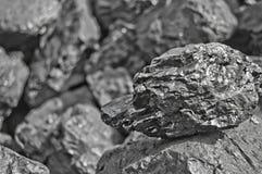 Rozsypisko węgiel Jeden skała węgla zakończenie up na czerń węgla tle miejsce tekst kosmos kopii Wysokiej jakości węgiel minujący zdjęcia royalty free