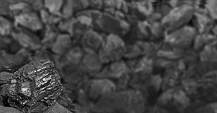 Rozsypisko węgiel Jeden skała węgla zakończenie up na czerń węgla tle miejsce tekst kosmos kopii Wysokiej jakości węgiel minujący zdjęcie stock