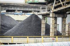 Rozsypisko węgiel w kopalni wśród górniczej infrastruktury Zdjęcie Stock